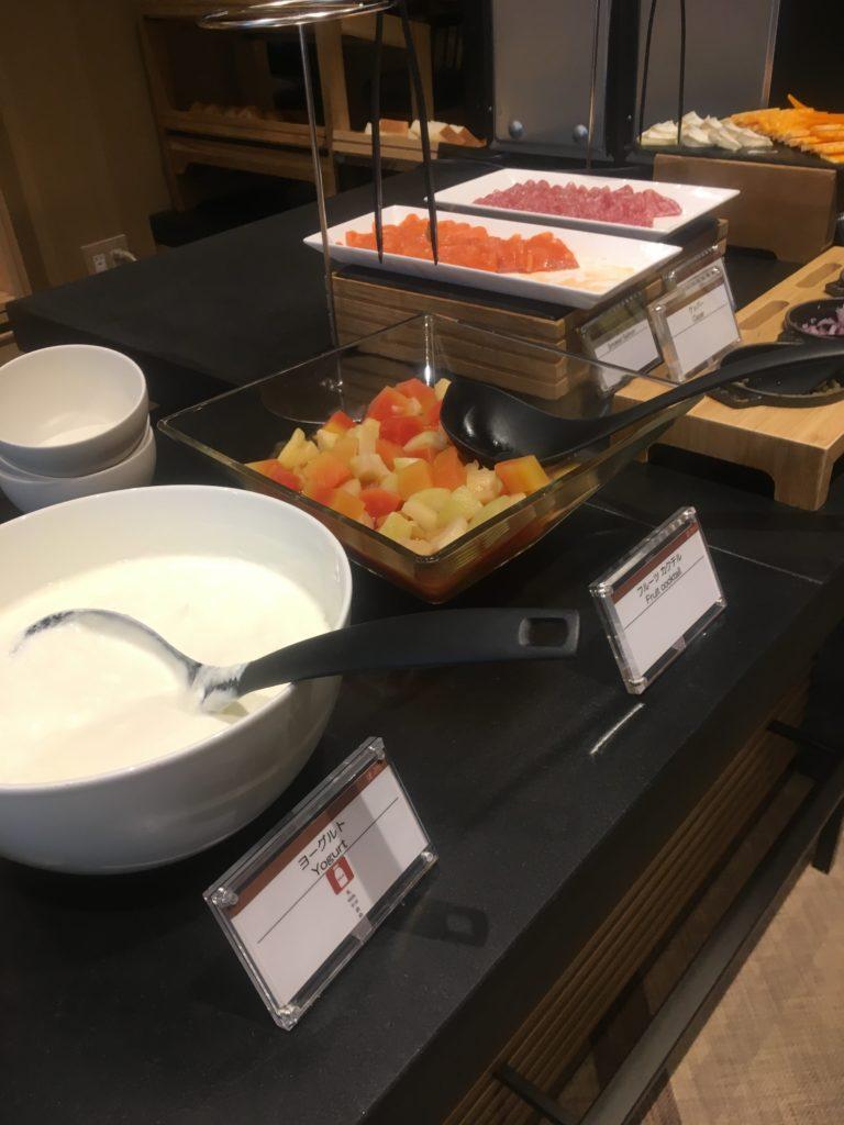ザ・プリンスさくらタワー東京、オートグラフコレクションラウンジ朝食ヨーグルト