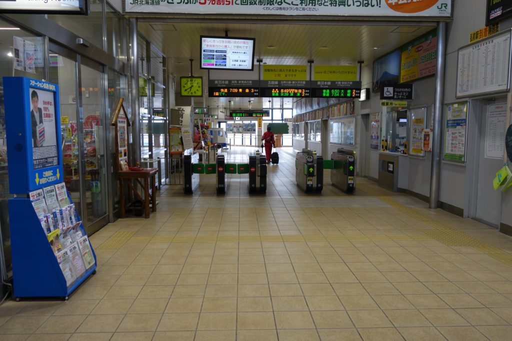 弘前ふらいんぐうぃっち弘前駅改札