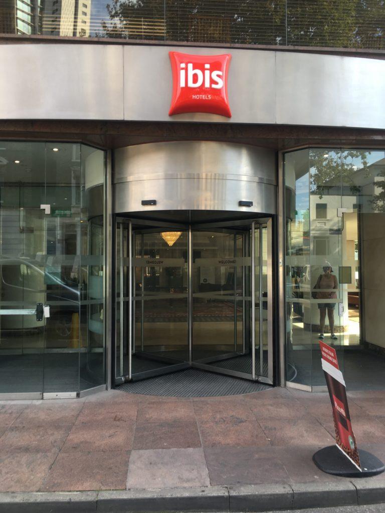 ロンドンけいおん!ibisロンドンアールズコート入口