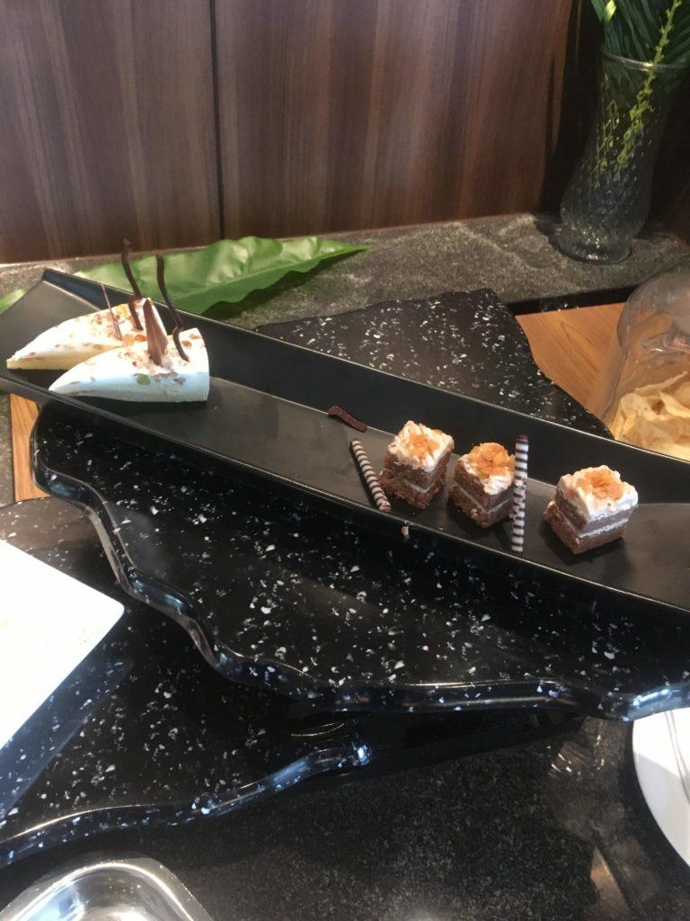 ANAクラウンプラザホテル沖縄ハーバービューラウンジケーキ