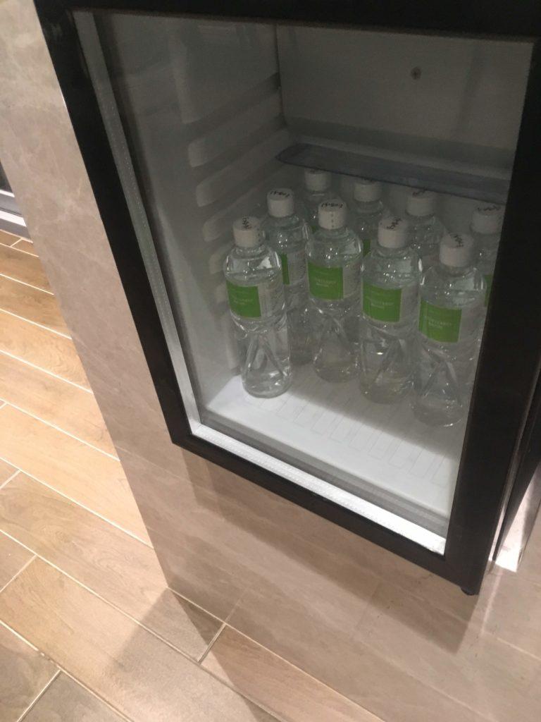 コートヤード台北ラウンジカクテルタイムペットボトルの水