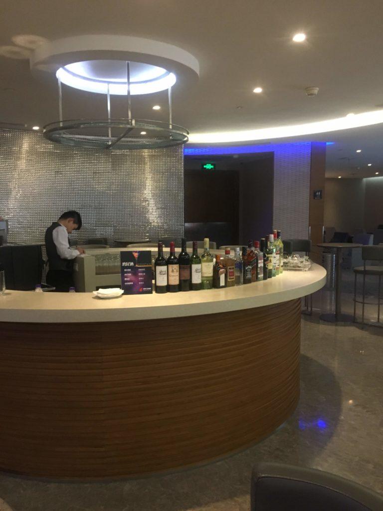 上海浦東空港中国国際航空ラウンジバーカウンター2