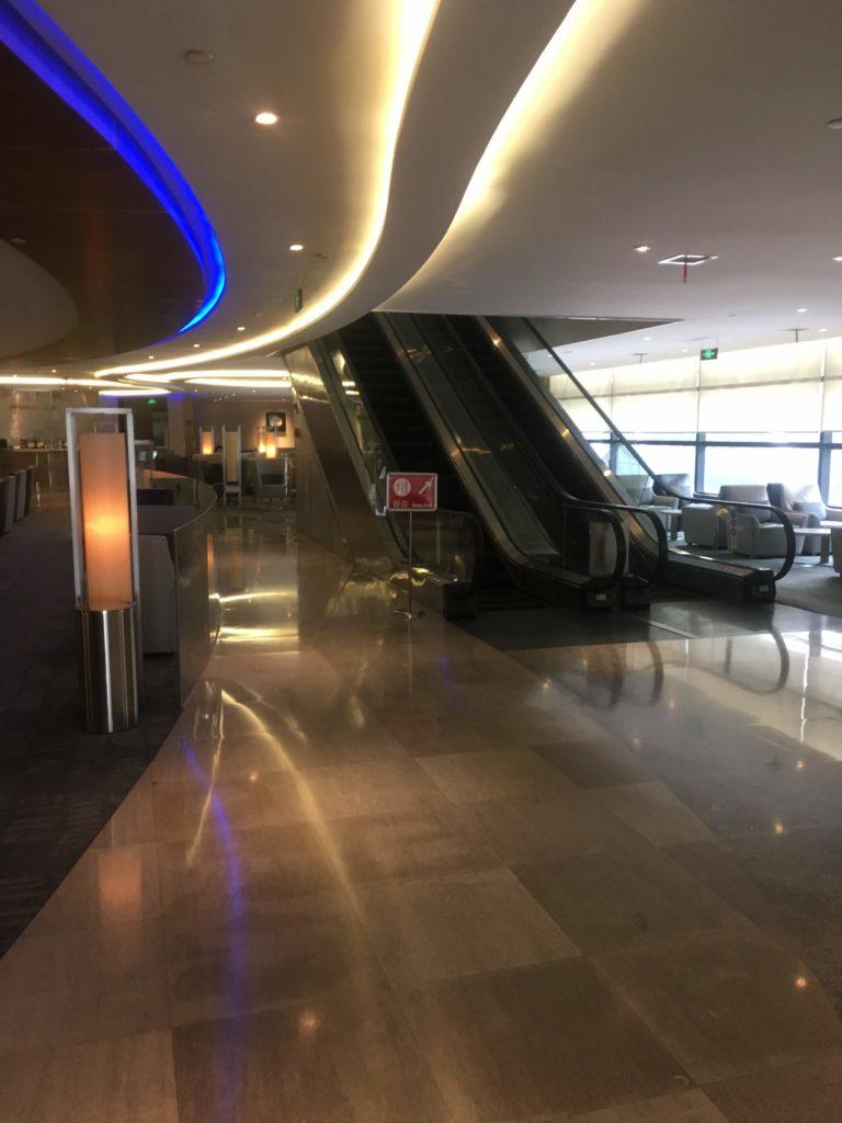 上海浦東空港中国国際航空ラウンジエスカレーター