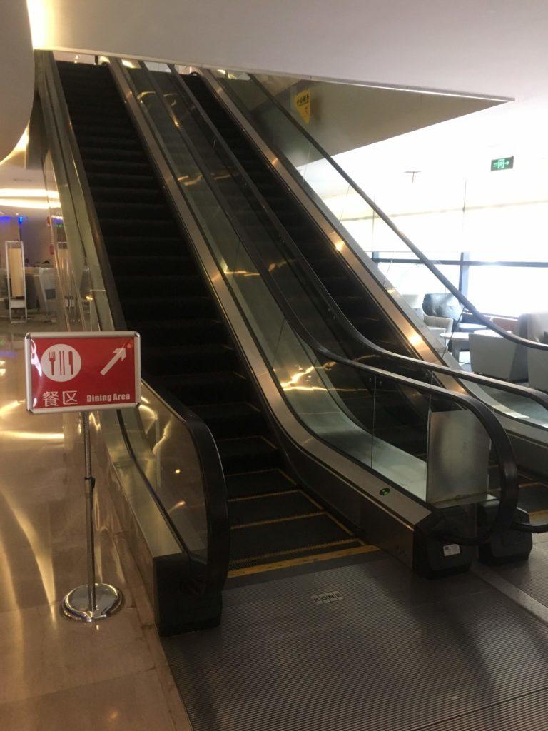 上海浦東空港中国国際航空ラウンジエスカレーター登り
