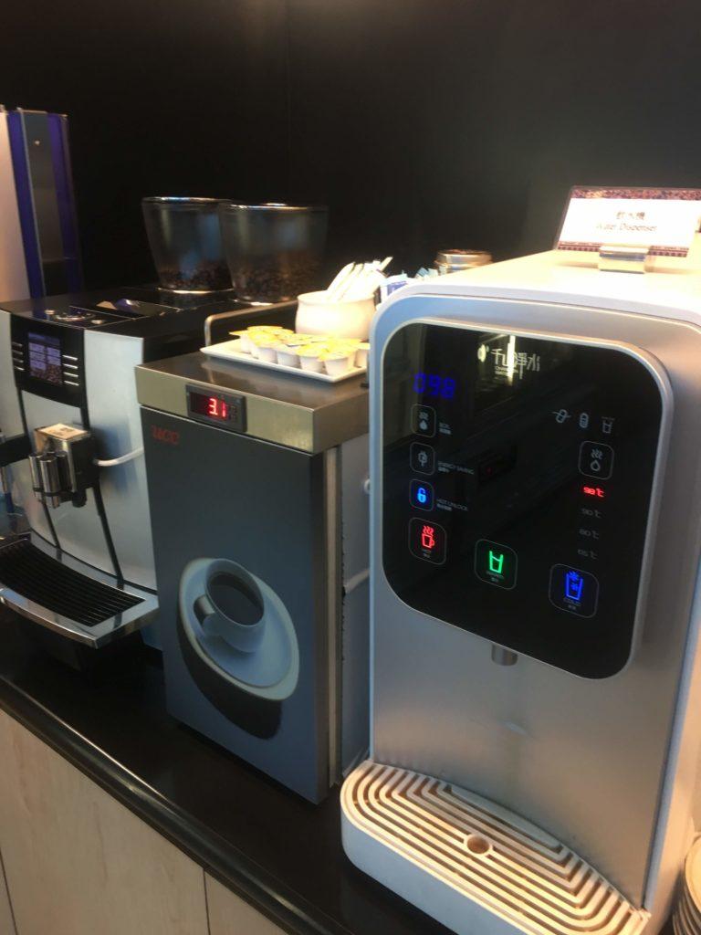 台湾桃園空港シンガポール航空シルバークリスラウンジコーヒーマシン