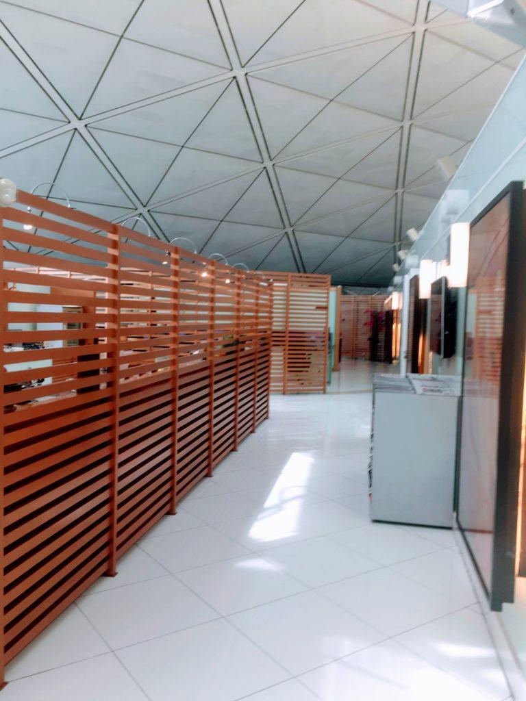 香港国際空港のタイ航空ロイヤルオーキッドラウンジ通路