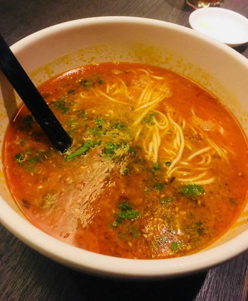 翡翠拉麺小籠包で香港の夜の締め担々麺-旨味と風味たっぷりでピリ辛担々麺