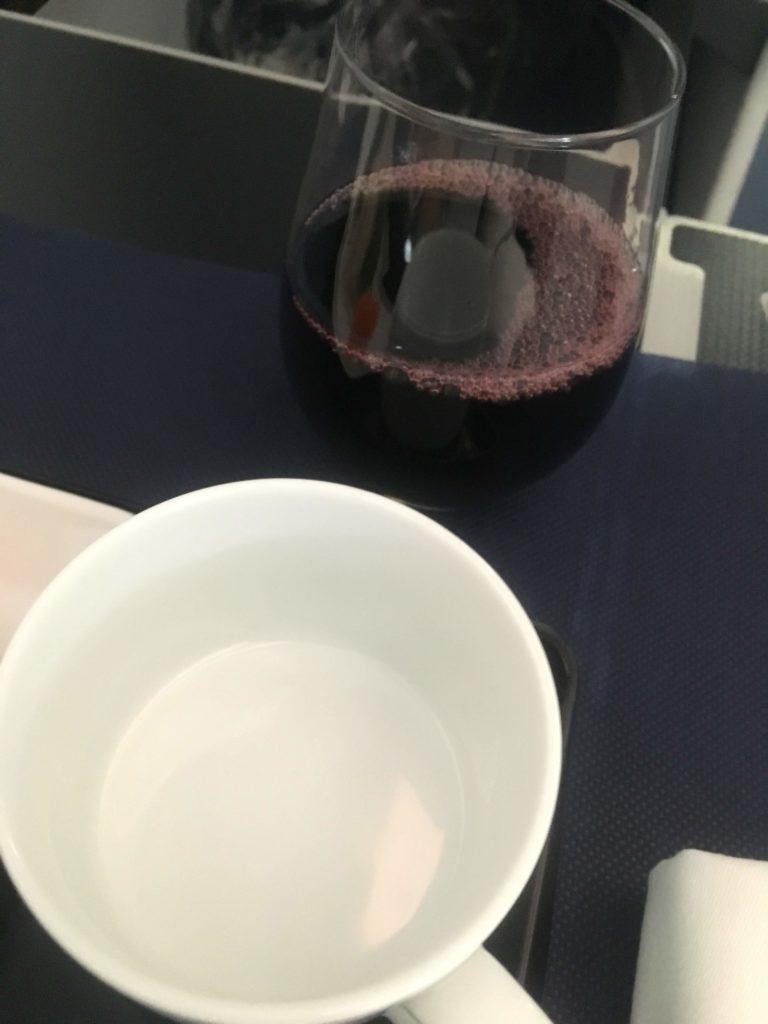 ANAビジネスクラス上海行き赤ワイン