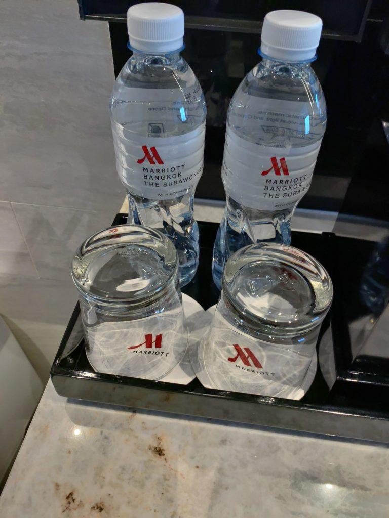 バンコク・マリオットホテル・ザ・スリウォン無料のペットボトルの水